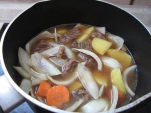 Gemüse und Fleisch in der Bouillon